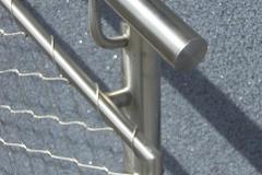 Edelstahl Geländer mit Gitterfüllung - detailgenaue Verarbeitung
